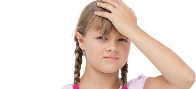niños con dolores de cabezo por problemas en la vista