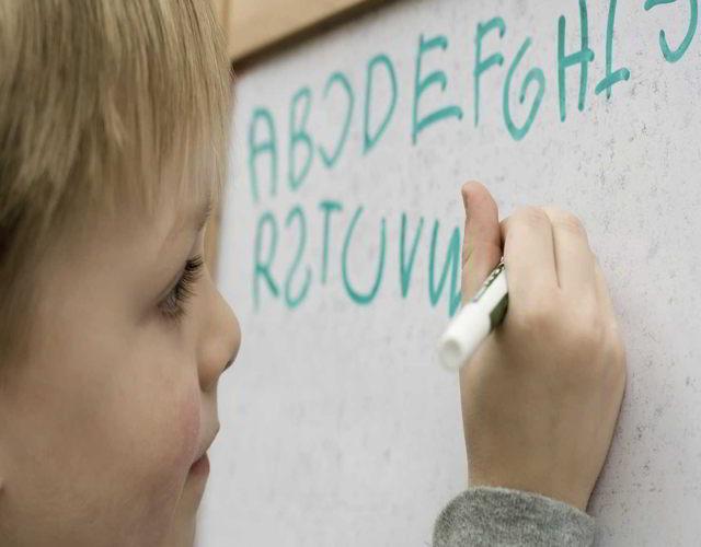 Mi hijo escribe letras al revés
