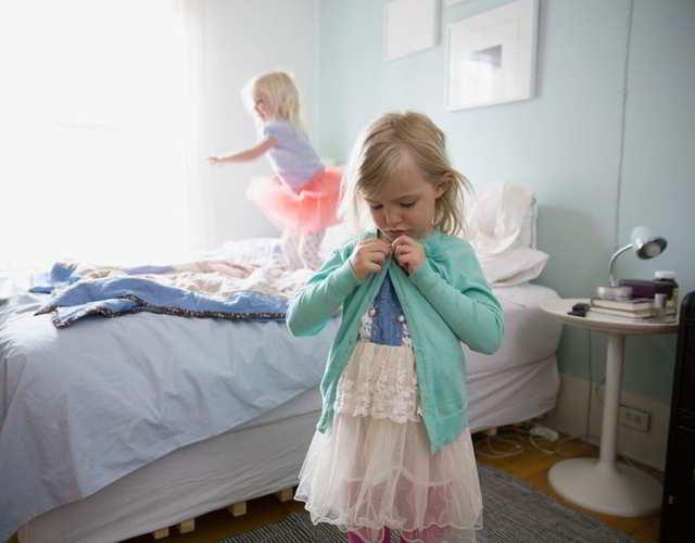 Vestirse y desvestirse deleita actividad para los niños