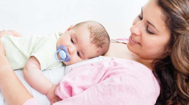 ¿Cómo pasa la cabeza por el canal de parto?