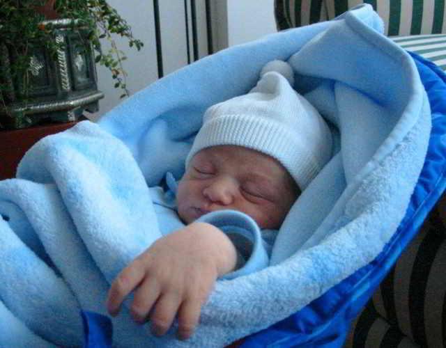 mala forma de colocar al bebé para que duerna