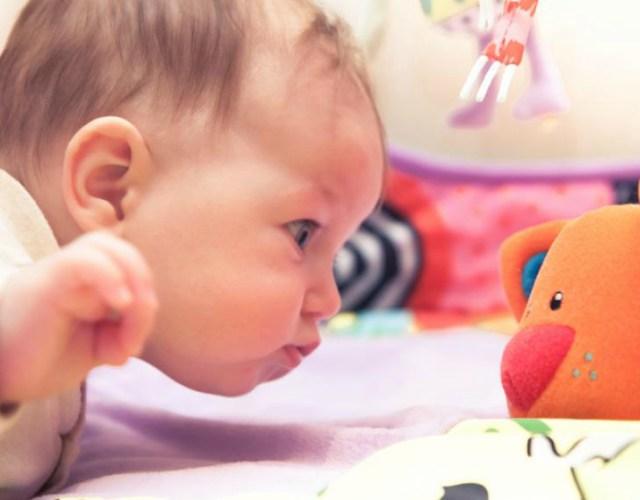jugar con un bebé de 4 meses