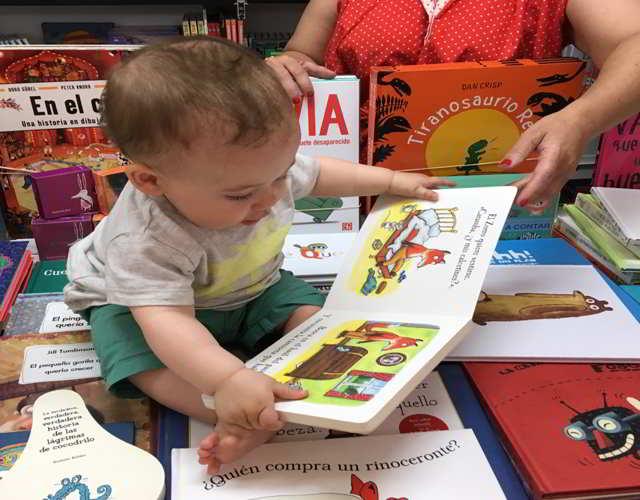 juegos con libros para bebés de 9 meses