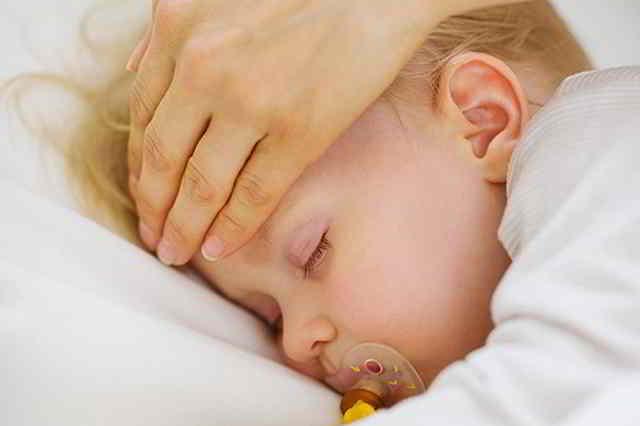 síntomas de la meningitis en bebés