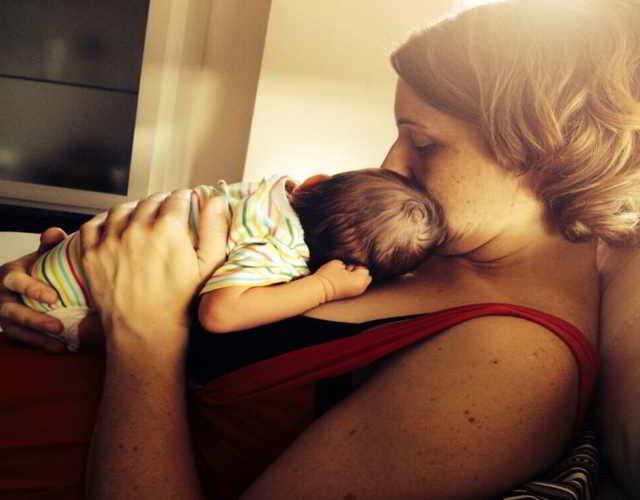 despertar al bebé para que pueda comer