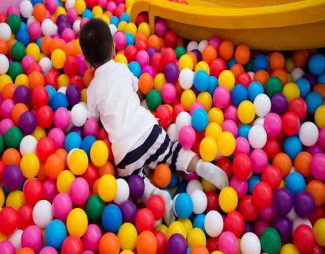 beneficios de las piscinas de bolas para niños