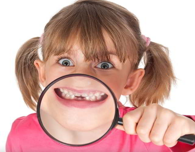causas de los dientes separados