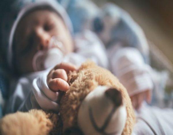 Por qué sudan los niños al dormir
