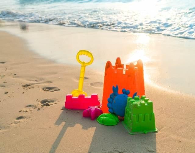 Cosas y accesorios para llevar a la playa con tu niño pequeño