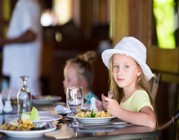 es buena idea prohibir la entrada a niños en restaurantes