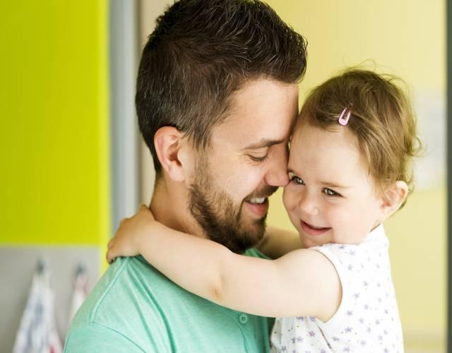 Hombres que no se involucran en la crianza porque la mujer lo hace mejor