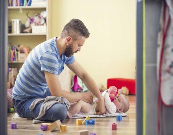 Hombres que se involucran en la crianza