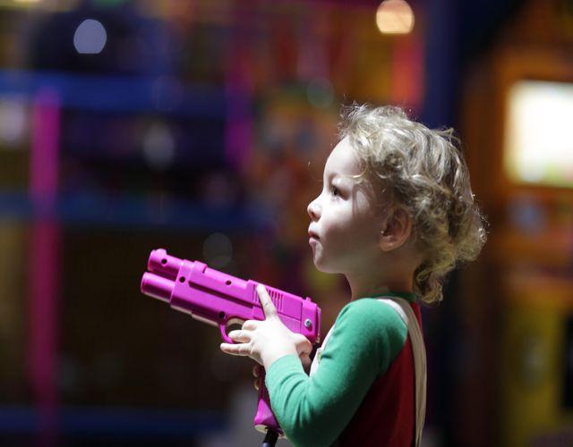 jugar con pistolas bueno o malo