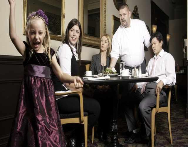 prohibir la entrada a niños en restaurantes