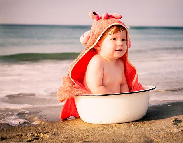 Cuándo se puede bañar a un bebé en el mar o piscina